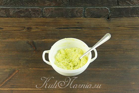 Растираем масляную смесь вилкой