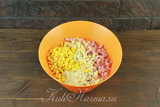 Соединяем компоненты в миске и добавляем кукурузу
