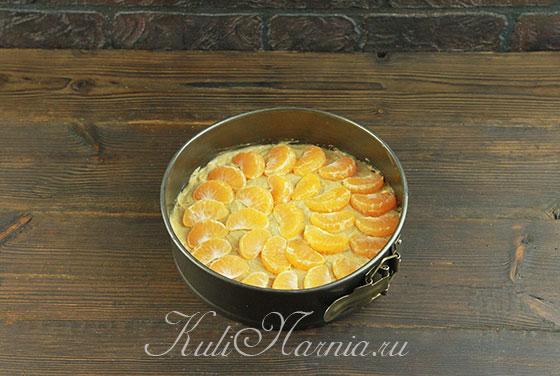 Выкладываем мандариновые дольки на тесто