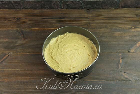 Выкладываем тесто для пирога в форму