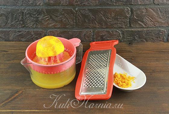 Выжимаем сок и снимаем цедру с апельсина