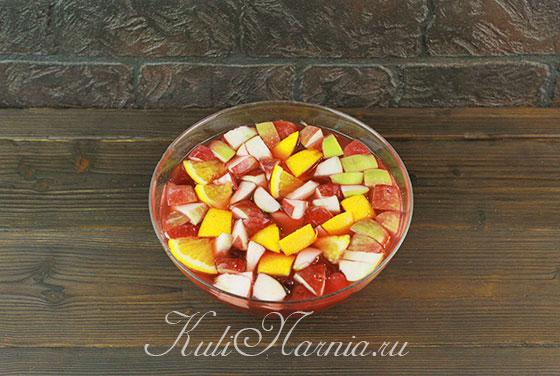 Загружаем фруктовую нарезку в пунш