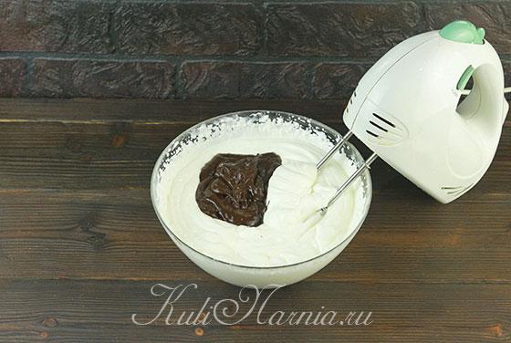 Добавляем к сливкам шоколадный крем