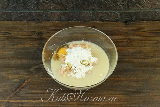 Добавляем яйцо и молоко