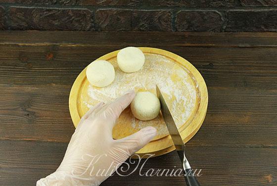 Формируем сырники с помощью лезвия ножа