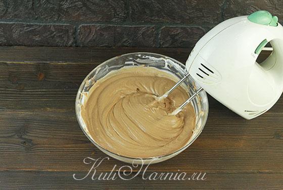 Объединяем сливочную и шоколадную массу миксером