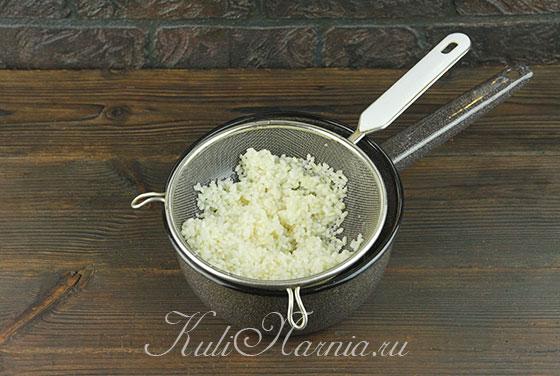 Откидываем рис в дуршлаг и промываем