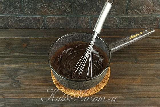 Перемешиваем крем с шоколадом до растапливания