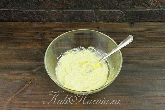 Перемешиваем яйцо и творог