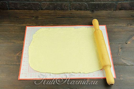 Раскатываем тесто в ровный пласт