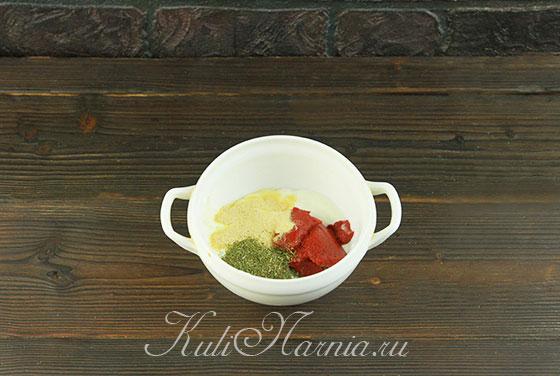 Соединяем сметану и томатную пасту