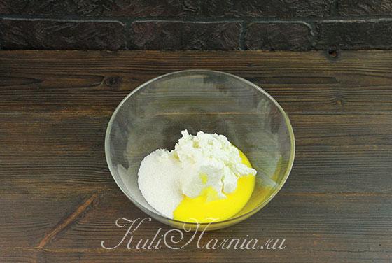 В миске соединяем яйцо и творог