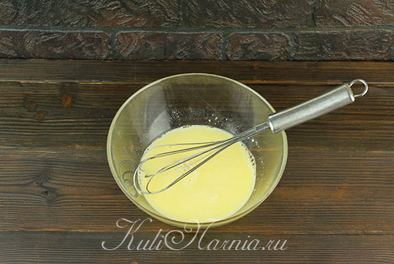Вливаем половину сыворотки к яйцам