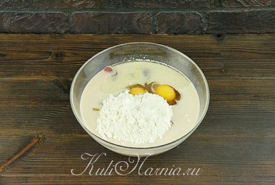 Добавляем яйца с молоком и мукой к печени