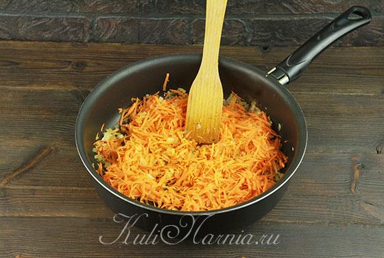 К луку добавляем тертую морковь