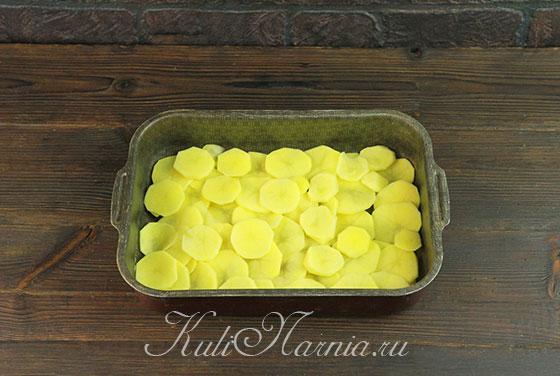 Нарезаем картофель и выкладываем в форму