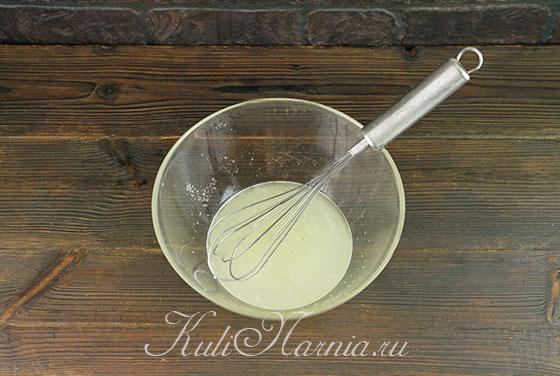 Перемешиваем сыворотку и сахар