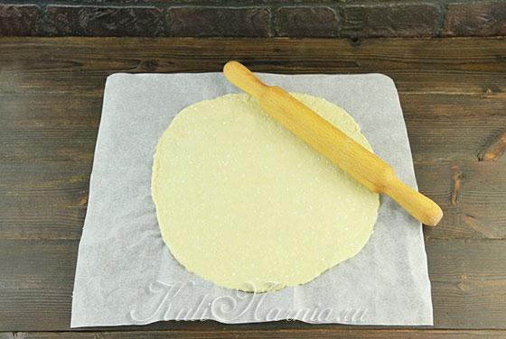 Раскатываем творожное тесто для пиццы