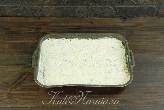 Смазываем сырный слой сметаной