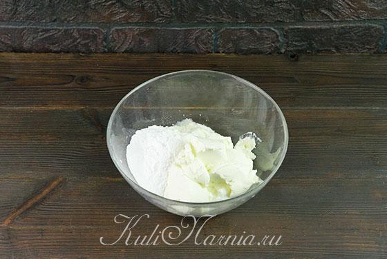 Соединяем творог со сметаной и сыром