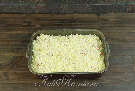 Тертый сыр распределяем по форме