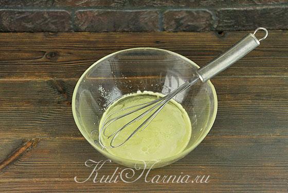 Вливаем растительное масло к сыворотке