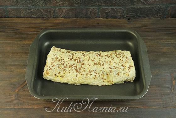 Выкладываем пирог из лаваша в форму