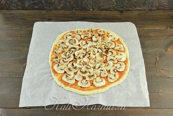 Выкладываем шампиньоны на основу для пиццы
