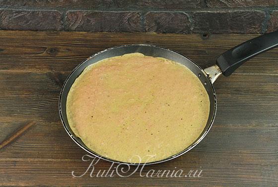 Выливаем печеночное тесто на сковороду