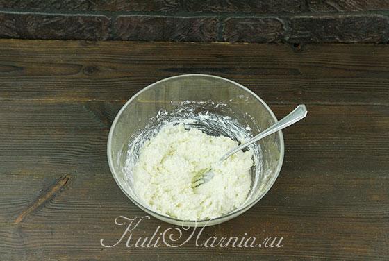 Добавляем к творожной смеси соль и сахар