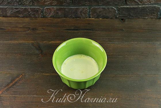 Добавляем к яичной смеси молоко и масло