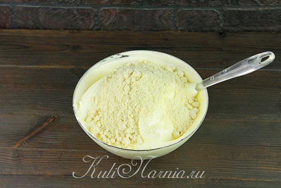 Добавляем миндальную муку в тесто для бисквита