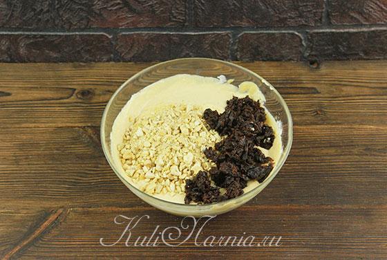 Добавляем в массу для пасхи орехи и чернослив