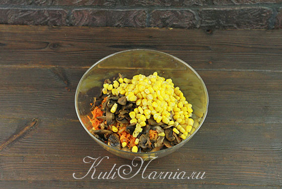 Добавляем в миску кукурузу