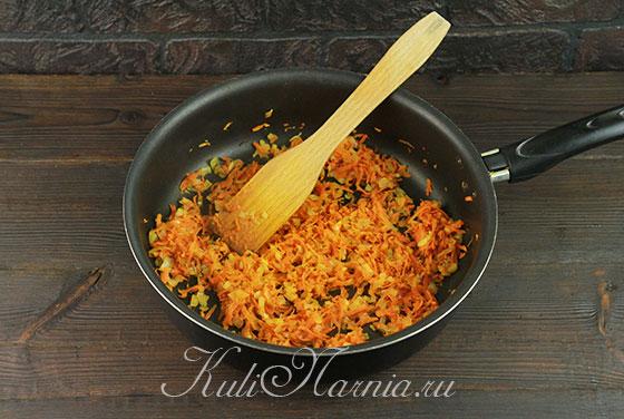 Обжариваем морковь и лук