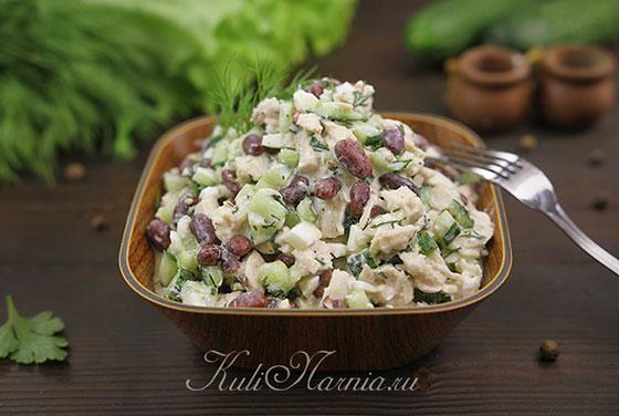 Салат с фасолью и курицей готов