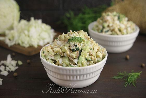 Салат с тунцом и пекинской капустой готов