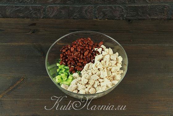 Смешиваем ингредиенты в салатнике