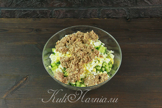 Соединяем ингредиенты для салата с тунцом и капустой