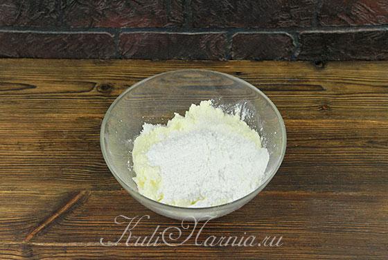 Соединяем творог и сахар в миске