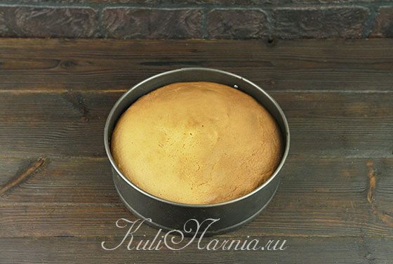 Ставим форму с миндальным бисквитом в духовку