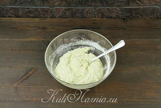 Всыпаем муку и разрыхлитель в тесто для сырников