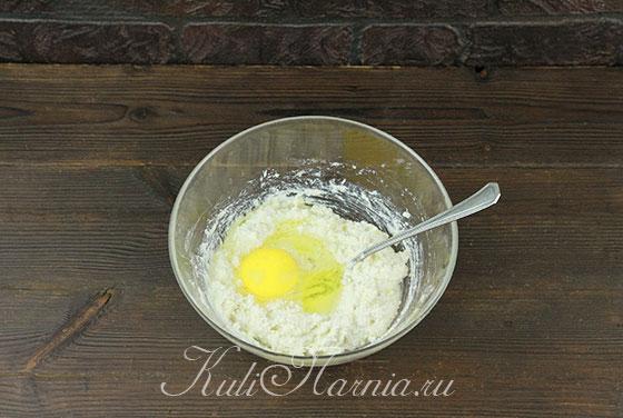 Вводим яйцо к бананово-творожной массе