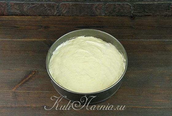 Выкладываем миндальное тесто в форму