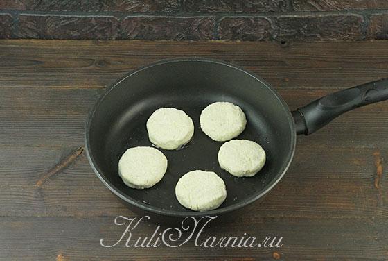 Выкладываем заготовки для сырников на сковороду