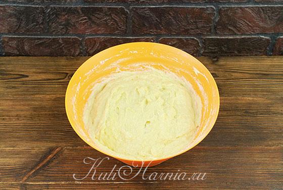 Вымешиваем тесто для кулича ложкой