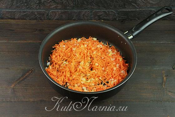 Загружаем морковь и лук в сковороду