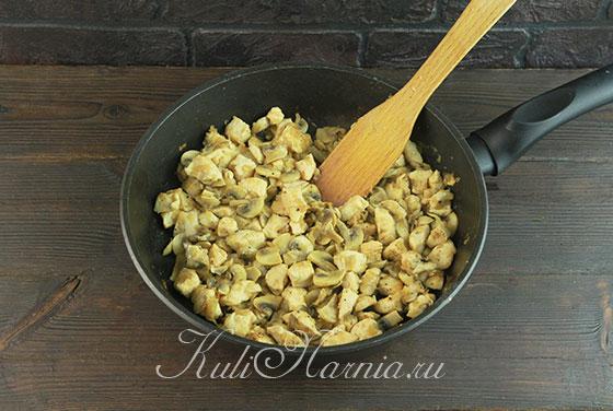 Держим смесь из грибов и куриного филе на огне