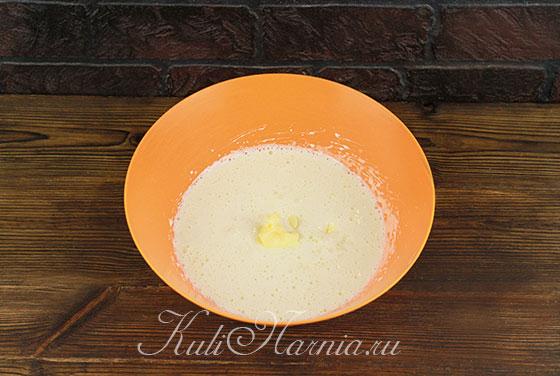 Добавляем к взбитым яйцам опару и масло