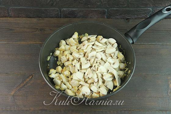 Добавляем в сковороду к филе грибы